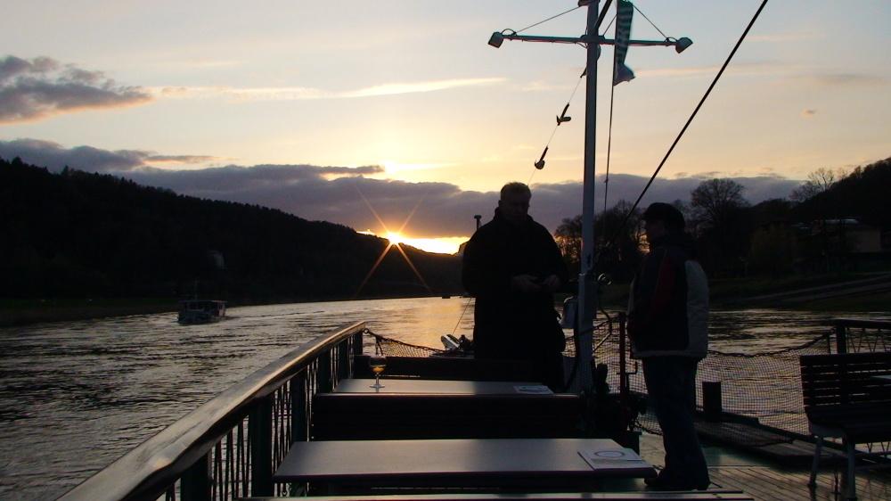 Dem Sonnenuntergang über dem Lilienstein entgegen