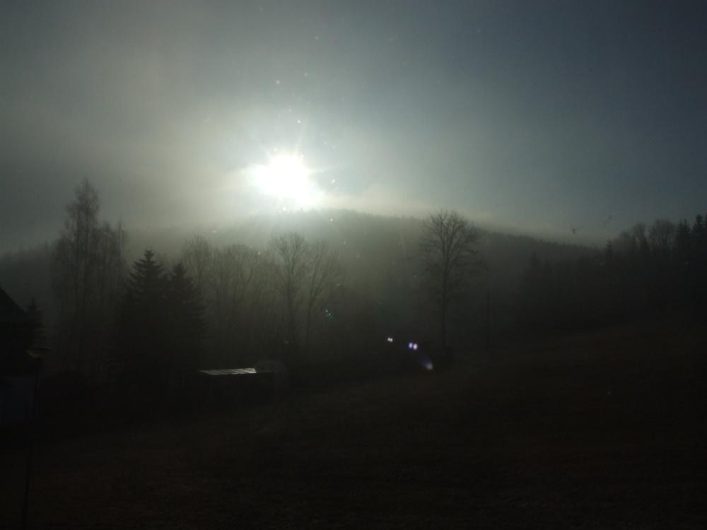 Sonne kämpft gegen Morgennebel über dem Waldhotel Sachsenstern