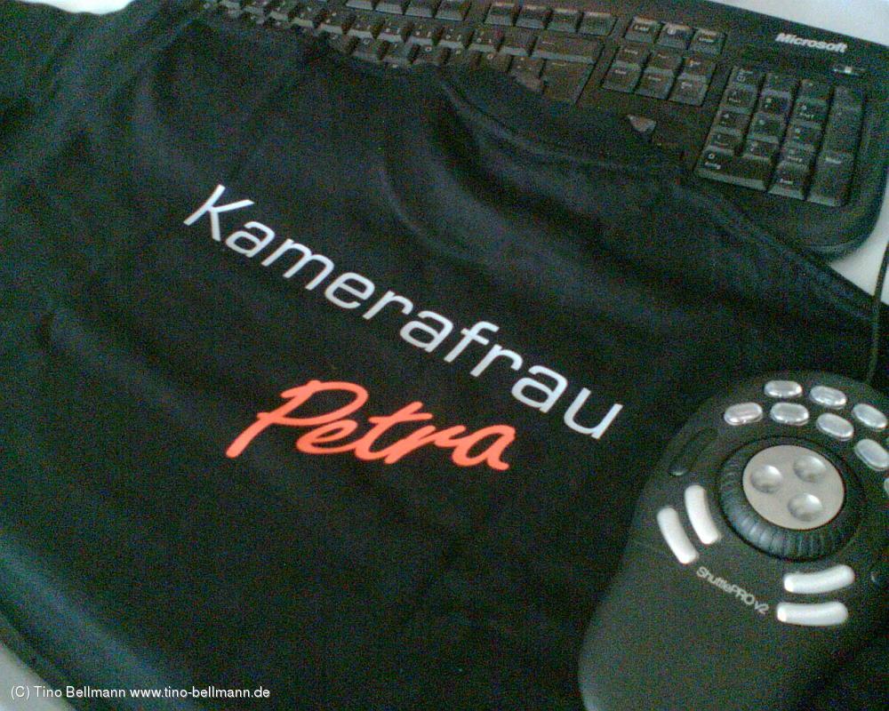 Kamerafrau Petra hat endlich ihre Arbeitskleidung von paranomia.de bekommen