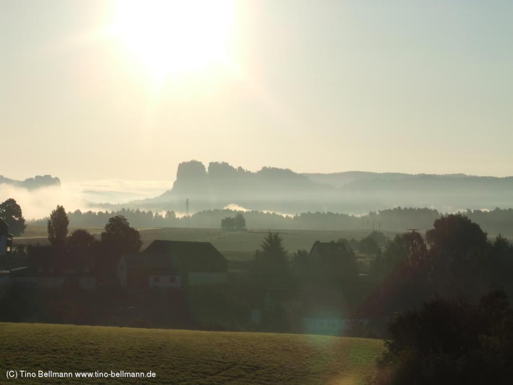 Schrammsteine und Falkenstein im Morgennebel